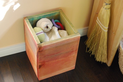 With the scraps, I made a small box, perfect for small toys! This one ...